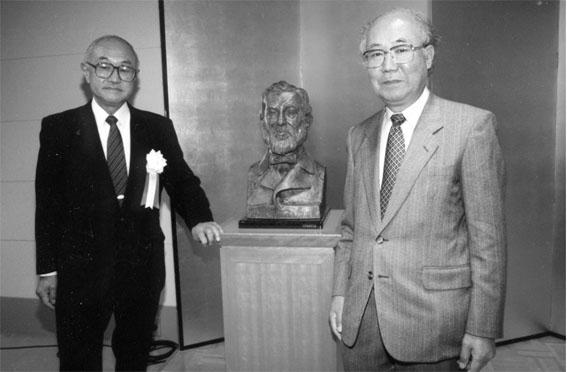 Op 12 november 2000 onthulden de Nederlandse Consul-Generaal de Vries (links) en de oud-president van de Osaka Universiteit Dr.Kumagai (rechts)  het beeld.