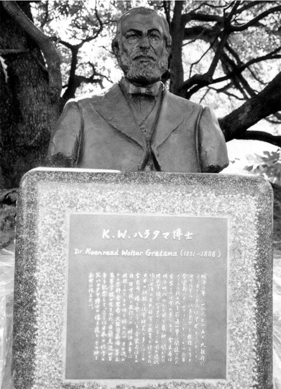 Close-up van het borstbeeld van Dr. K.W.Gratama.